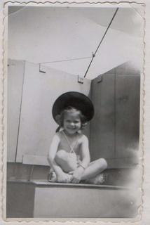 Cette photo, en grand dans ma chambre quand j'étais petite m'a donné de terribles cauchemars, je tombais dans la mer...